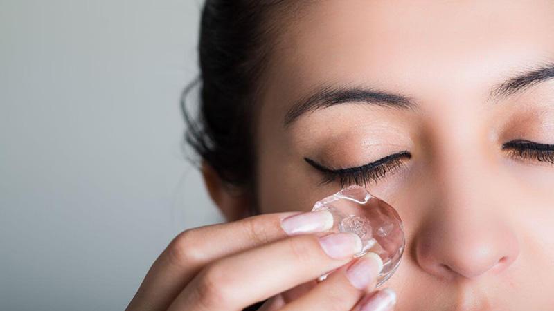 کمپرس یخ برای بهبود سیاهی چشم